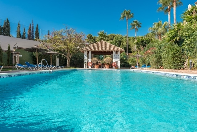 This bright and spacious large townhouse is very close to Puerto Banus and several major golf course,Spain