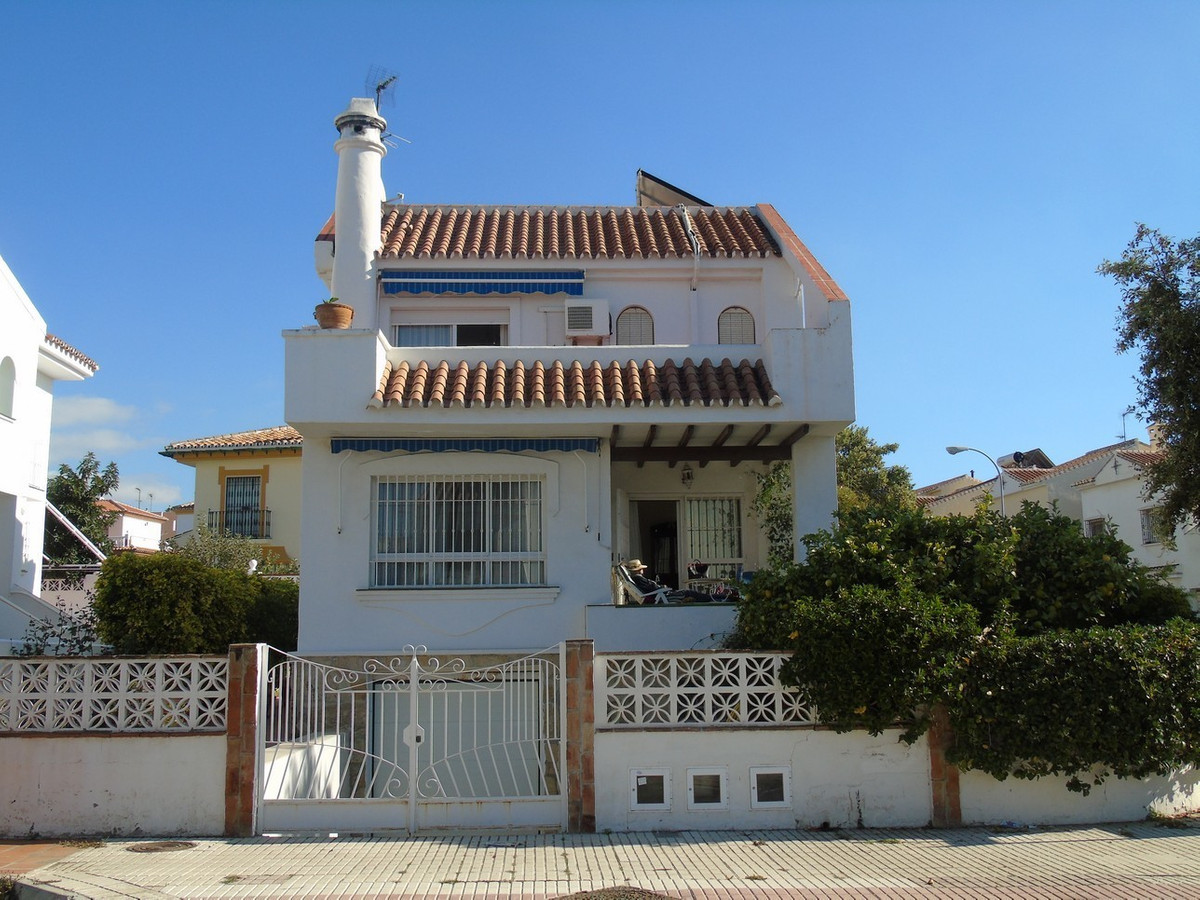 Beautiful independent villa very sunny with several terraces. The house is divided into three floors,Spain