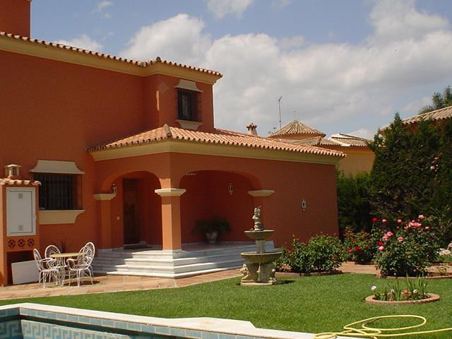 The property is in an ideal location in El Trapiche Norte, within walking distance to La Canada and , Spain