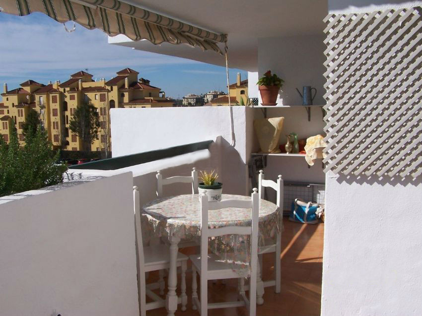 Spacious apartment in perfect condition in Estepona East. With south facing orientation, it has 137 , Spain