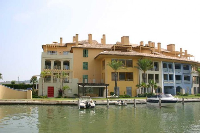 This beautiful and bright three bedroom apartment is located right in the centre of Sotogrande Marin,Spain