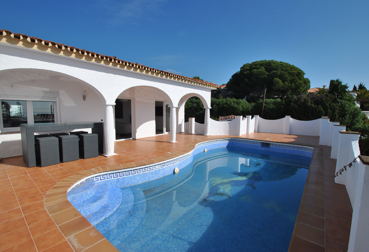 A recently renovated semi-detached villa with private swimming pool superbly located just 200 meters,Spain