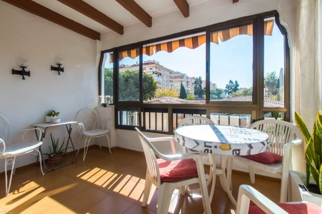 Bright corner apartment located next to all services and just 10 minutes walk to the beach.  It is d,Spain