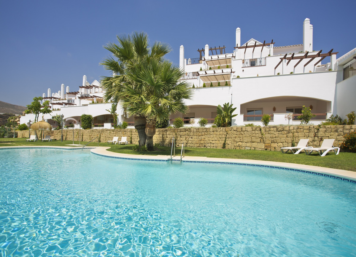 This 2 Bedroom apartment is located in the sought after Nueva Andalucia. Located in a secure and gat,Spain