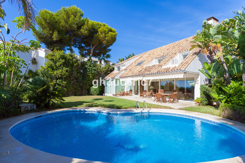 Fantastic villa located near by all amenities including the beach in the lower part of Riviera del S, Spain