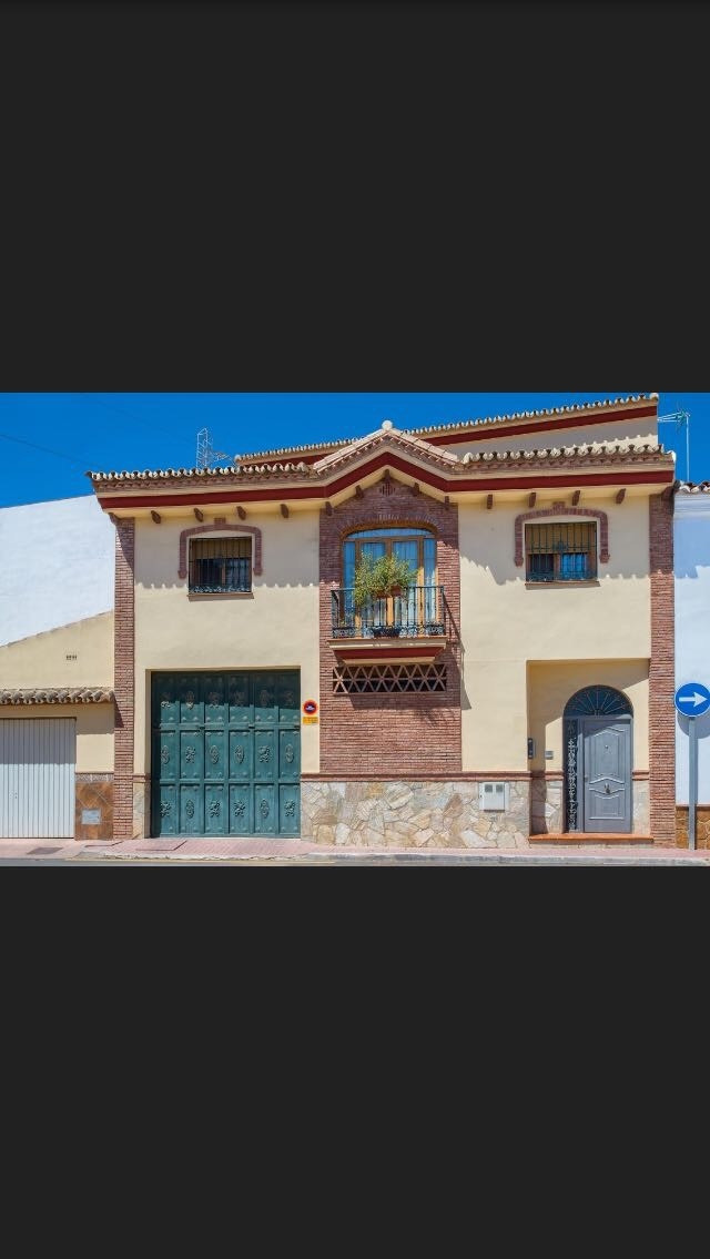 The house has four bedrooms, one in the highest level with bathroom and very big terrasse. The rest ,Spain