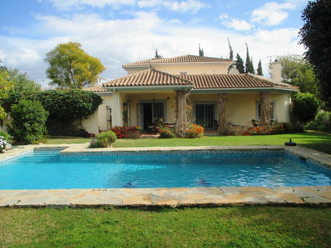 Beautiful and cozy villa in a very good location, close to everything. Perfect for a family. It cons, Spain