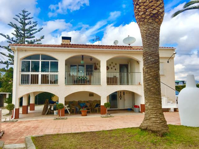 Impressive 4 bedroom villa with pool on large plot in consolidated residential area of Busot.  1970 ,Spain