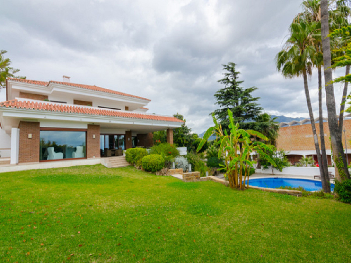 We offer for sale this stylish detached villa in Nueva Andalucia.  Located in a prestigious secure u Spain
