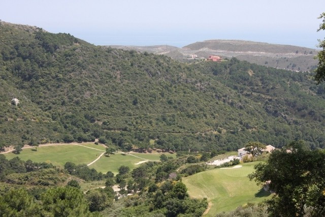 Plot for sale in Benahavis and has a swimming pool (Communal) and a garden (Communal). Regarding pro, Spain
