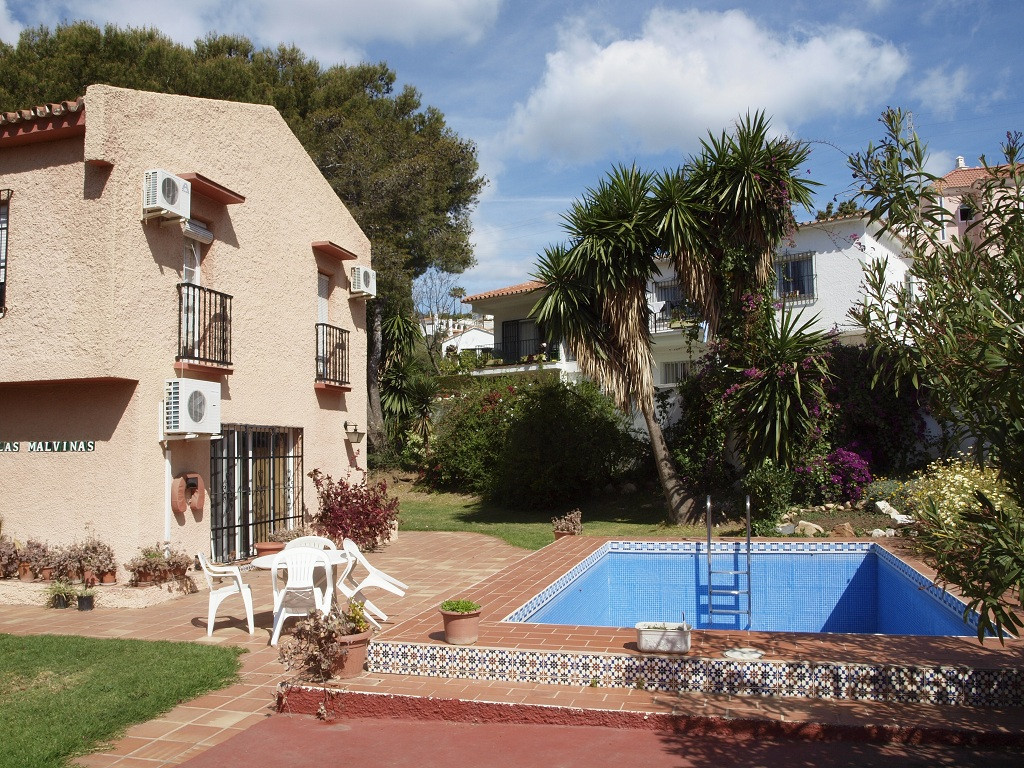Bank repossession villa with short walk to beach and amenities!  It has a corner flat plot, private , Spain