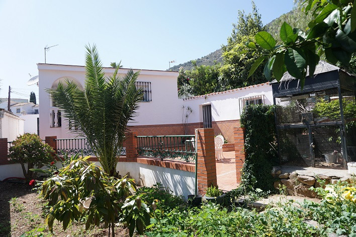 Villa built in one level. Located in a quite urbanization close to shops, bars, restaurants, superma, Spain