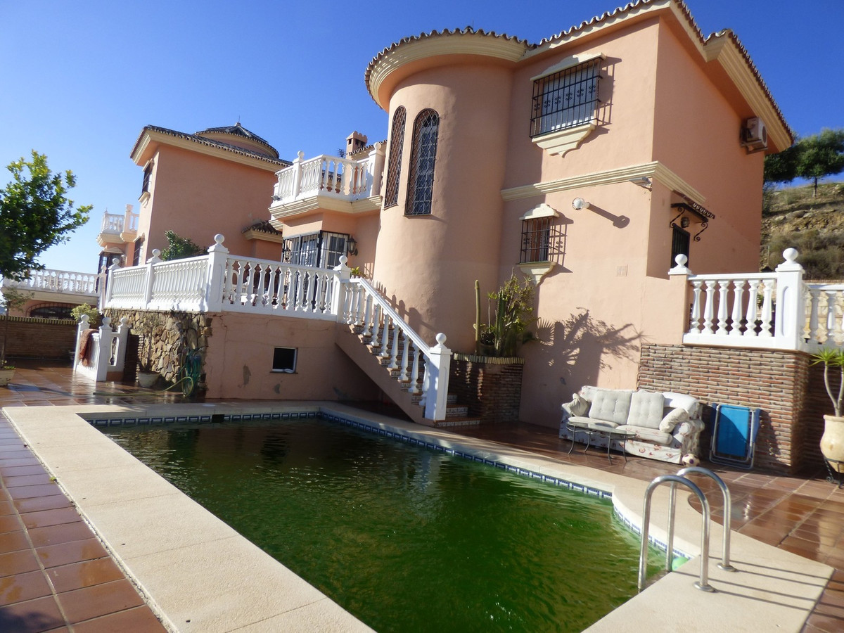 Stunning detached villa in Mijas Costa. 188m2 built and 486m2 plot. Built on two storeys. Three bedr, Spain