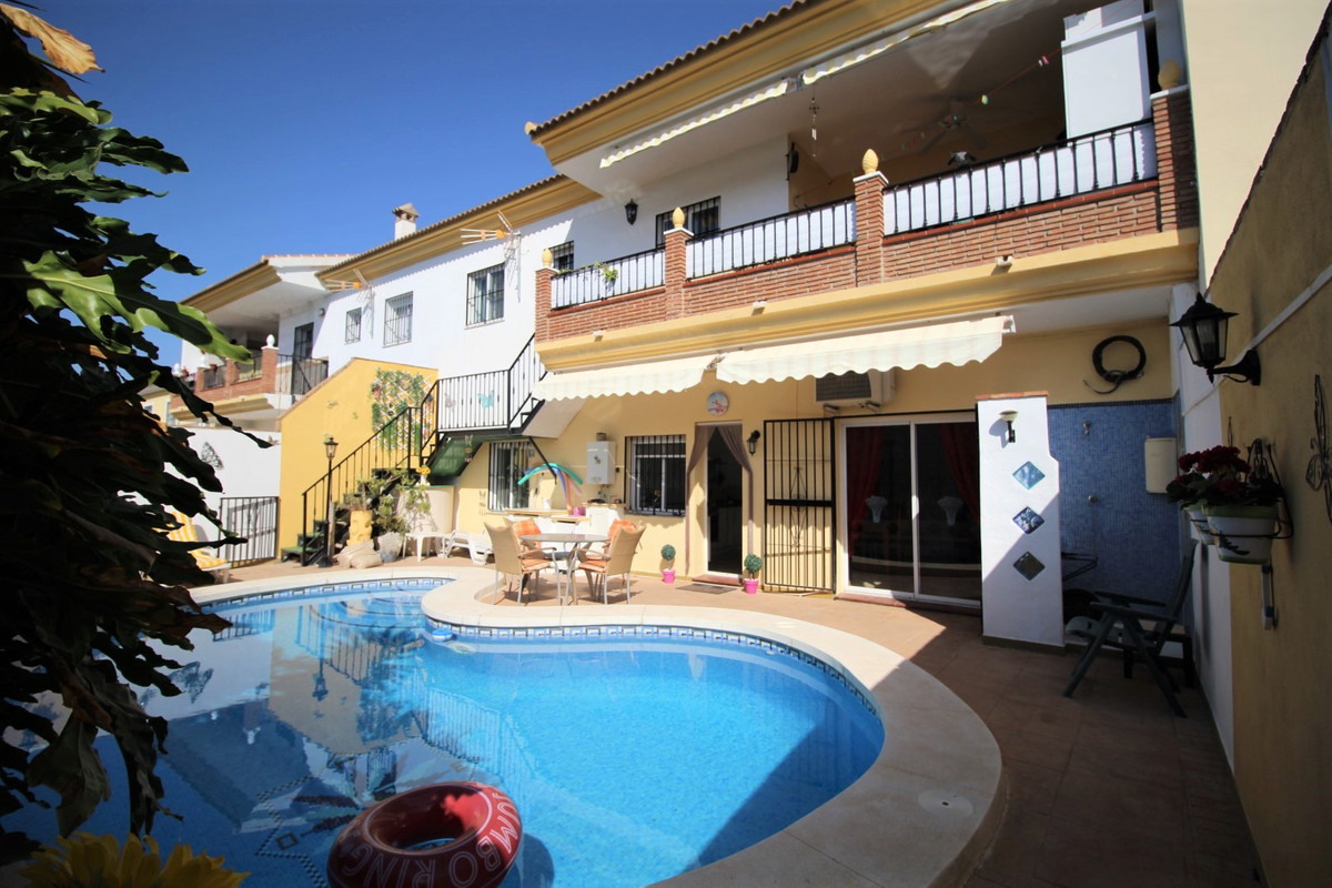 Spectacular townhouse in La Vinuela. The House is divided in two independent apartments. On the firs, Spain