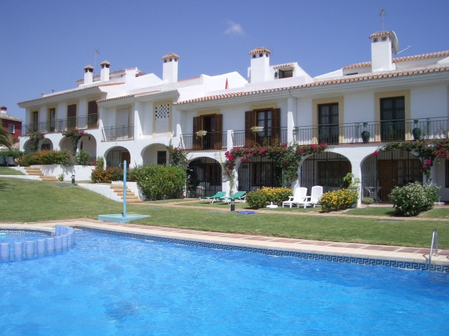 BEAUTIFUL TOWNHOUSE IN A VERY CONVENIENT LOCATION IN CALAHONDA – Located in a lovely small complex o,Spain
