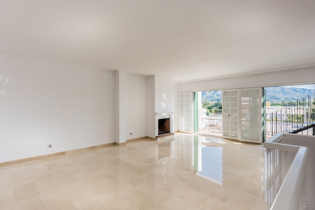 Luxury apartment in the Aloha Town. Is a middle Floor Apartment very spacious and with a lot of ligh,Spain