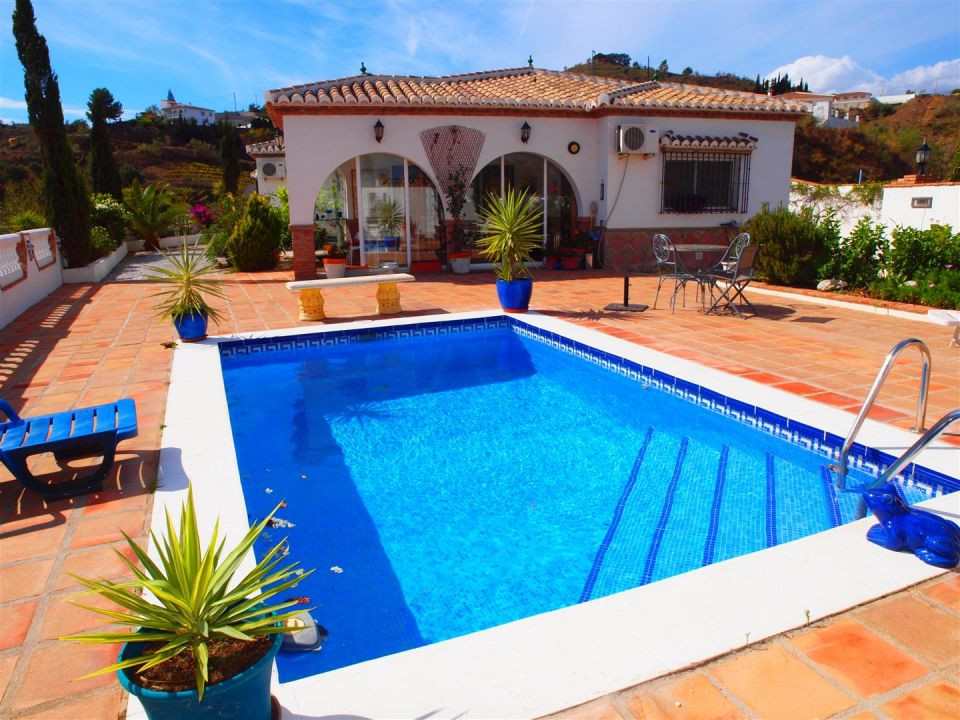 Beautiful Villa with 180� views of montains. Just 2 minutes driving to Vinuela Lake. The excellent a,Spain