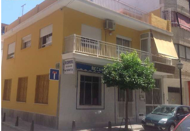 A house with an excellent location in Fuengirola!  This house is very well located in the center of , Spain