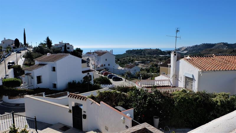 Built in the 80s but recently renovated to high standards, this is a great family home. A quiet sett, Spain