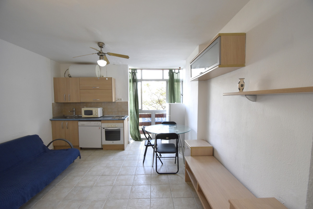 Studio of 30m2  in excellent location just a short walk to  the beach and near  bus stops, shops, re, Spain