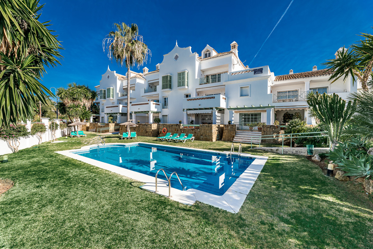 A fantastic 3 bedroom penthouse apartment situated only 100m from the beach in the Azalea Beach area,Spain