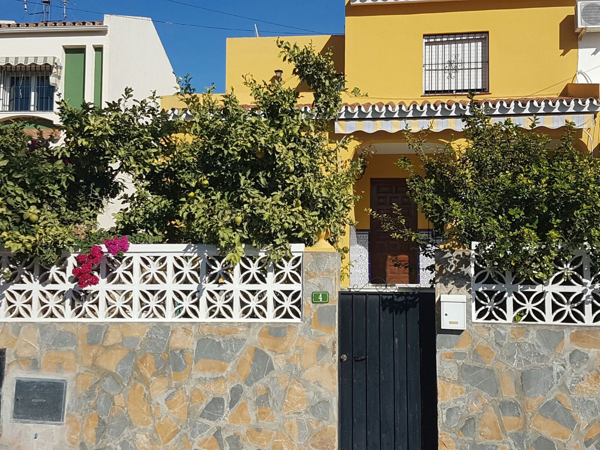 Fantastic value semi detached house located within 5 minutes to the shops restaurants and 10 minuted,Spain