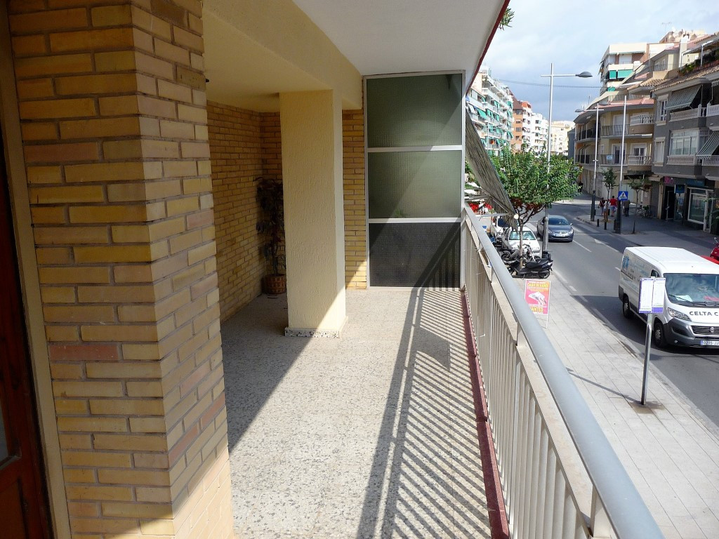 Don't miss this great investment opportunity in the centre of Campello. This spacious four bedroom a,Spain