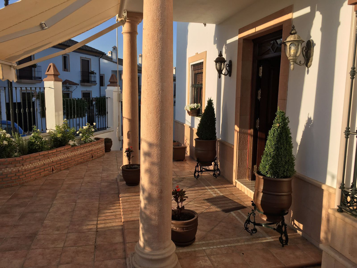 Family home in Ronda, ready to move in. A sound construction comprising 4 bedrooms and 3 bathrooms, ,Spain