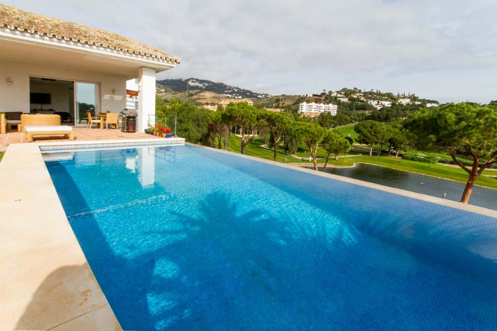 A fabulous 4 bedroom, 4 bathroom villa is located in perfect spot with stunning Golf, Lake and Sea V, Spain