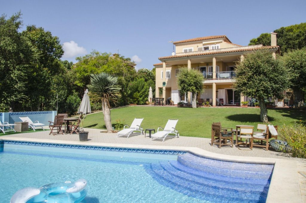 VILLA IN SOTOGRANDE COSTA IN FANTASTIC PLOT OF 3,010 M2. The property is spread over three floors, i, Spain