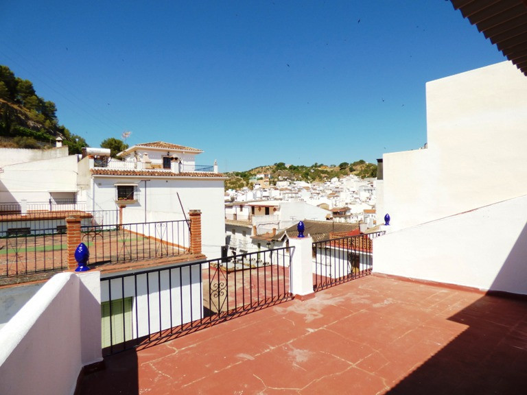 Very spacious townhouse (57sqm/floor) in good condition in central and quiet street of the pittoresq,Spain