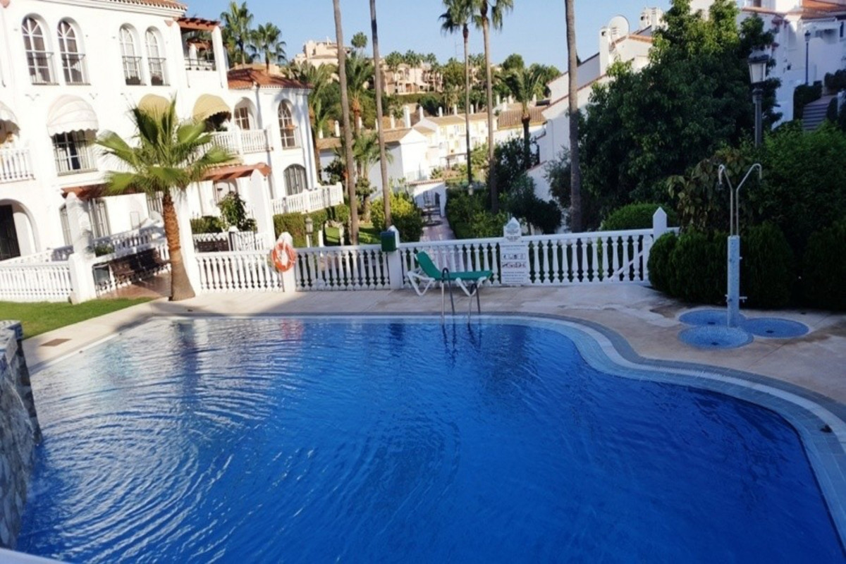 Semi-detached house in Riviera del Sol. It's located in a gated or closed urbanization with 2 la,Spain