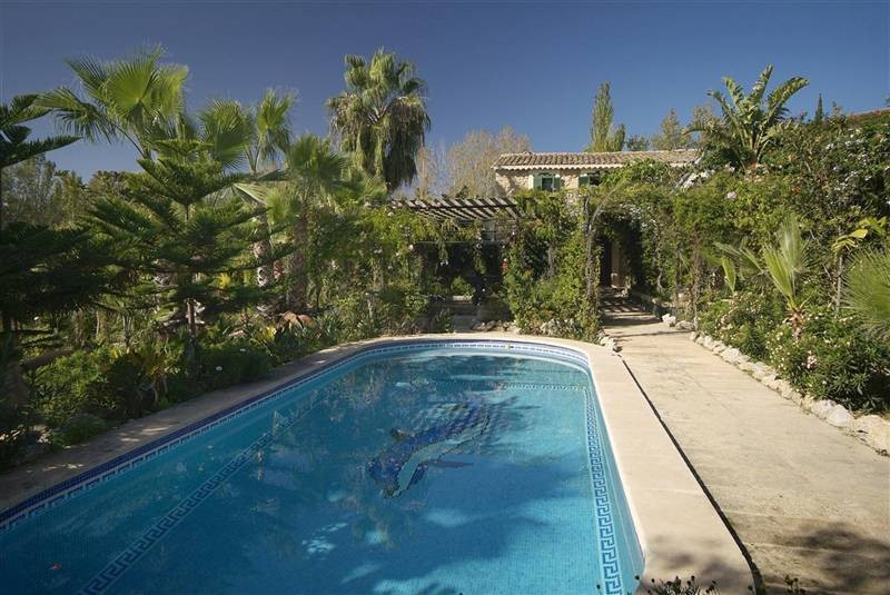 Beautiful, rustic finca, completely refurbished, situated in Calvia. The main house is distributed o, Spain