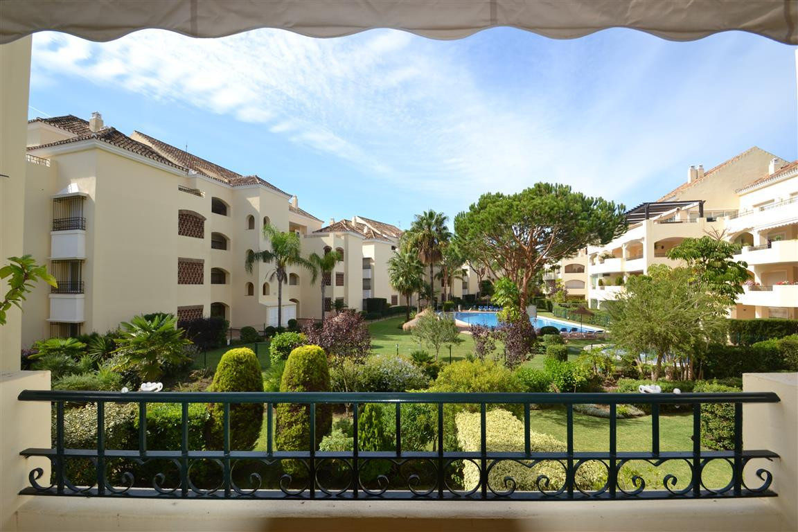 Lovely 2 bedroom apartment located in on of the most sought after urbanization's in Elviria,  H, Spain
