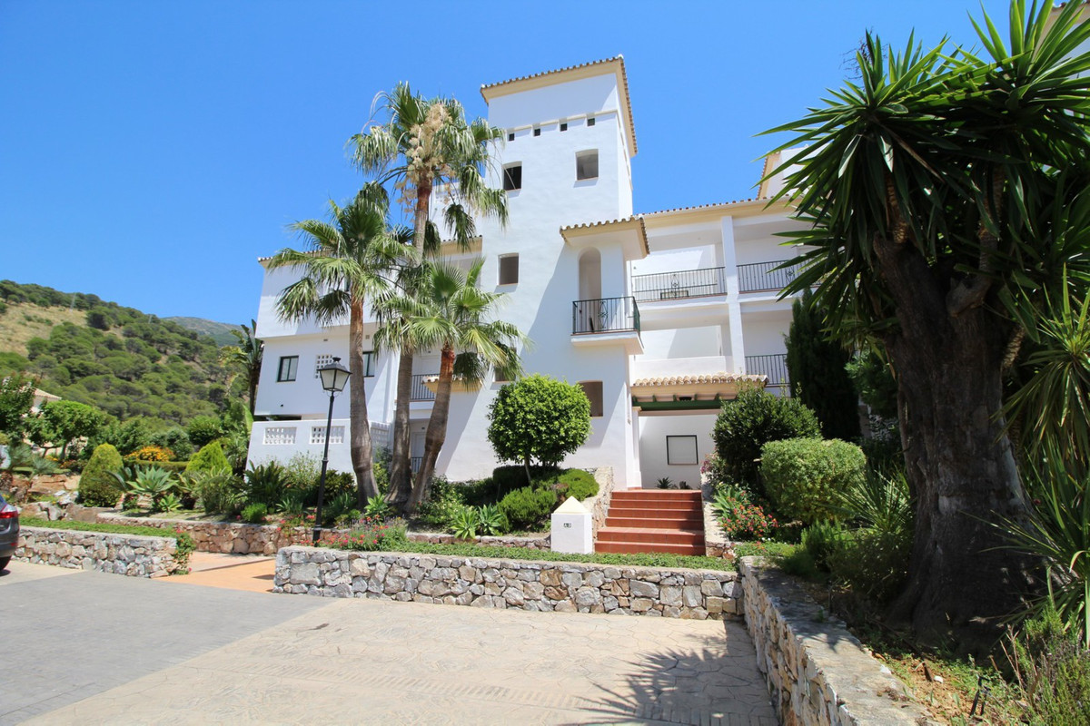 This attractive 2 bedroom apartment is located on the outskirts of Alhaurin el Grande in the gated A, Spain