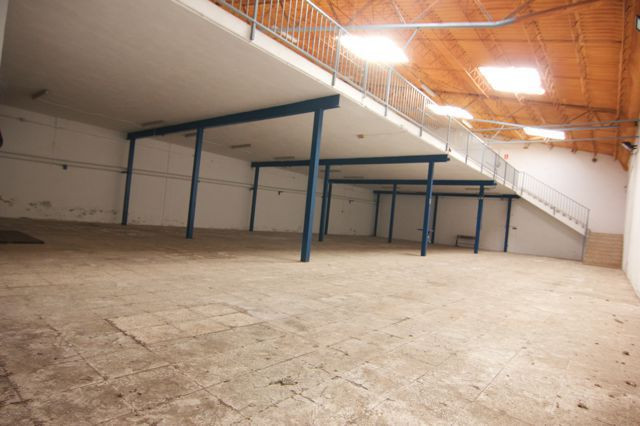 Warehouse located in Poligono la Azucarera in Malaga. 400m2 plus 250m2 middle floor. 10 meters Heigh, Spain
