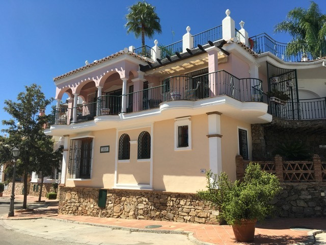 One of the very few completely detached townhouses on the beautiful Puebla Aida complex at Mijas Gol,Spain