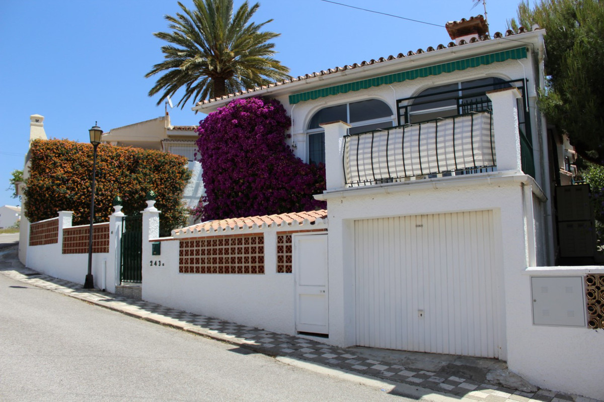 Villa with sea views. The House offers three bedrooms, bathroom with shower and bath and a guests-wc,Spain
