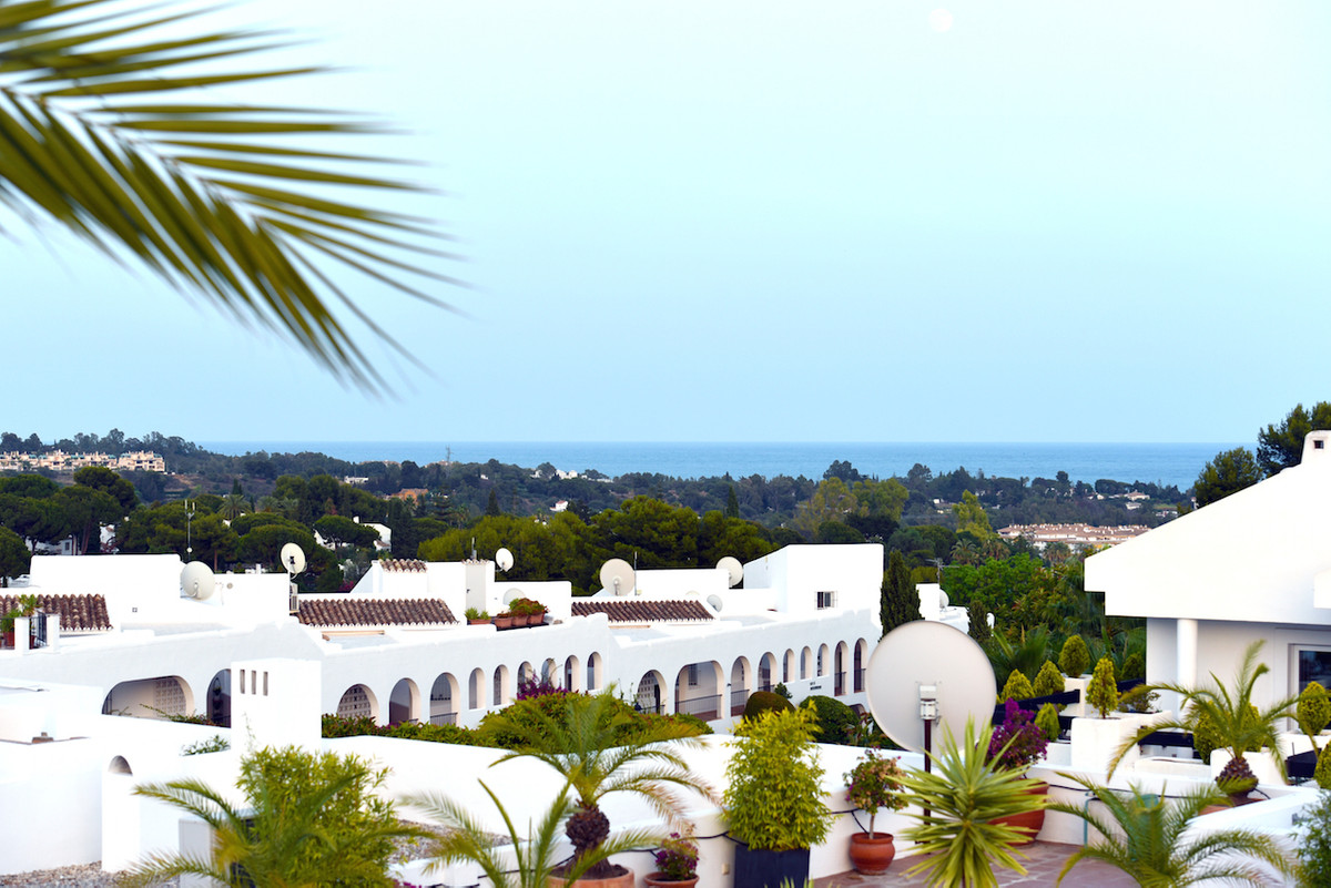 Located in roughly 2 km from the famous Puerto Banus, this townhouse in aloha Pueblo is located in t,Spain