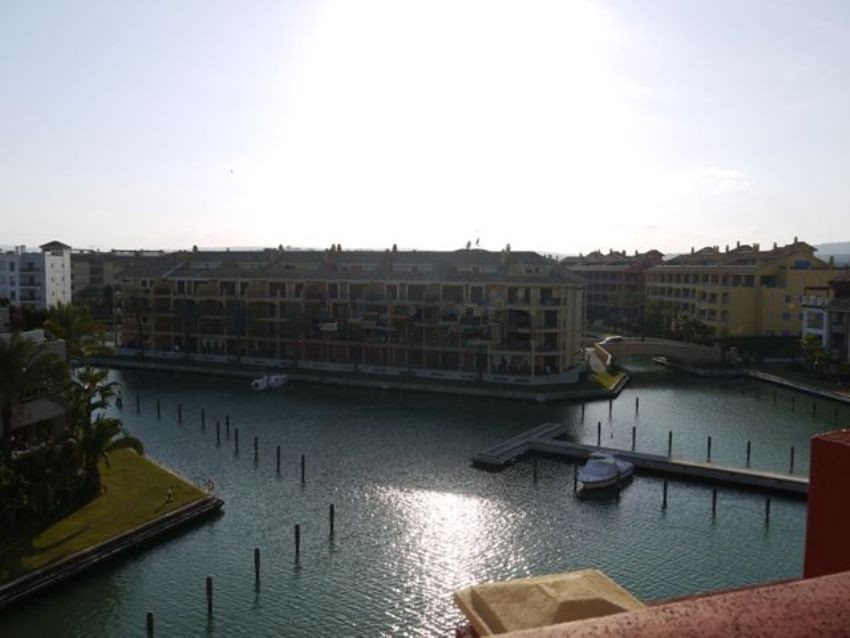 Great penthouse with views in the Port of Sotogrande. The property is distributed in 3 bedrooms, 3 b,Spain