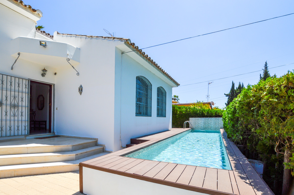 BARGAIN!! Very nice cosy villa situated at Nueva Andalucia near restaurants, bars, shops and all ame,Spain