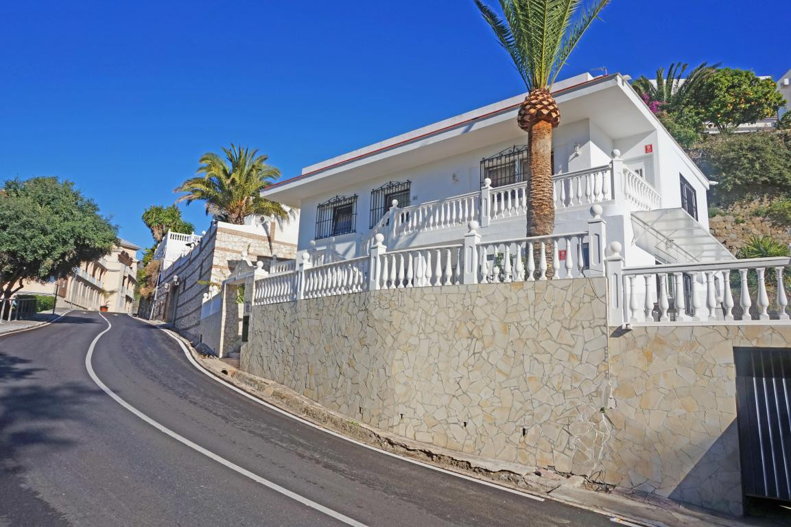 BEAUTIFUL INDEPENDENT VILLA ON THE SIDE OF THE SEA WITH FOUR BEDROOMS. IT HAS BEEN RENOVATED AND NOW, Spain