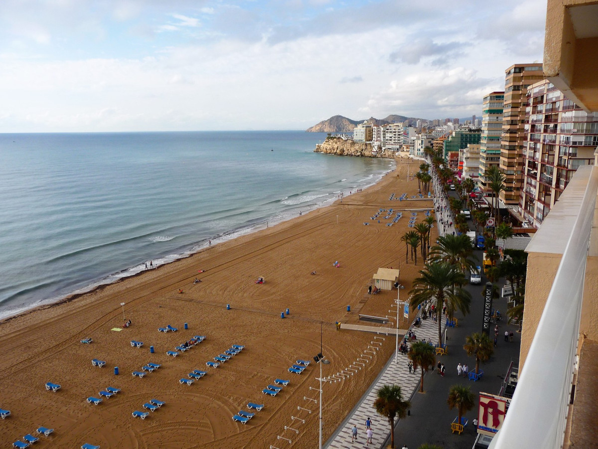 Enjoy the marvellous seaviews and perfect location of this middle floor apartment in Benidorm, just ,Spain