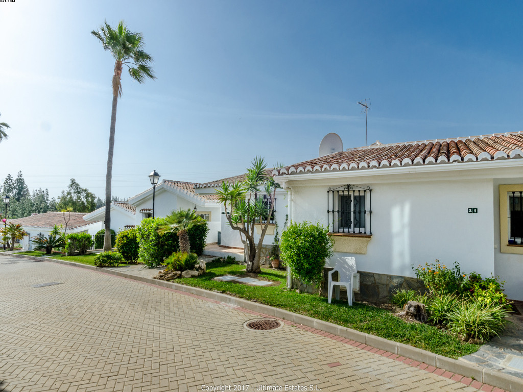 A very well kept 3 bedrooms 3 bathrooms townhouse in a small complex only o couple of minutes from L,Spain