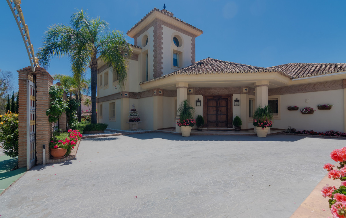 Stunning Villa set in the gated community in La Quinta, with 24 hour security. The villa is situated,Spain