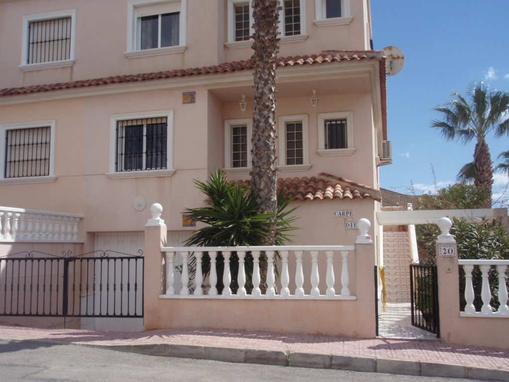 3 BEDROOM SEMI DETACHED VILLA IN TORREVIEJA, ALICANTE WITH SEA VIEWS. This property sits on a 160m2 ,Spain