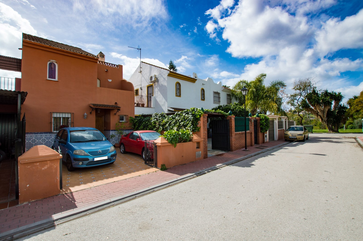 Desirable, priced-to-sell townhouse situated in a prestigious residential area of Nueva Andalucia, M, Spain