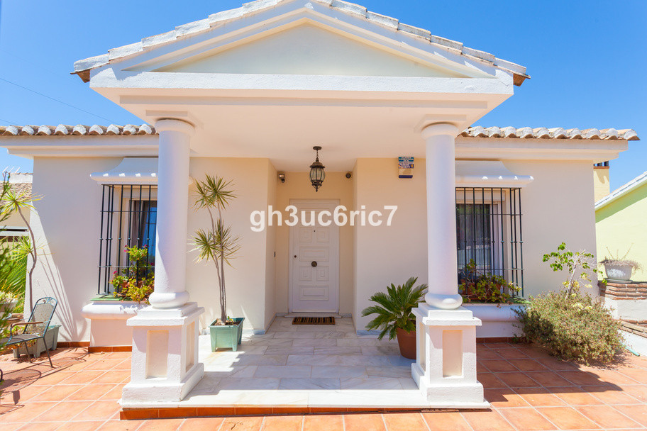 Beautiful detached villa in Calahonda, 5 bedrooms and 3 bathrooms. This villa is built on 2 levels, ,Spain