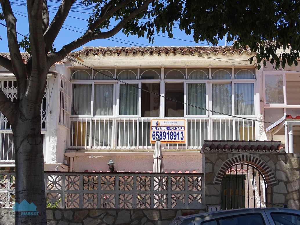 Next to the center of Arroyo de la Miel we find this quiet apartment located between the entrance to,Spain