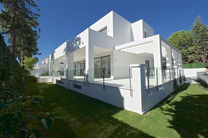 Newly built contemporary four bedrooms south facing villa located close to Puerto Banus in Cortijo B, Spain